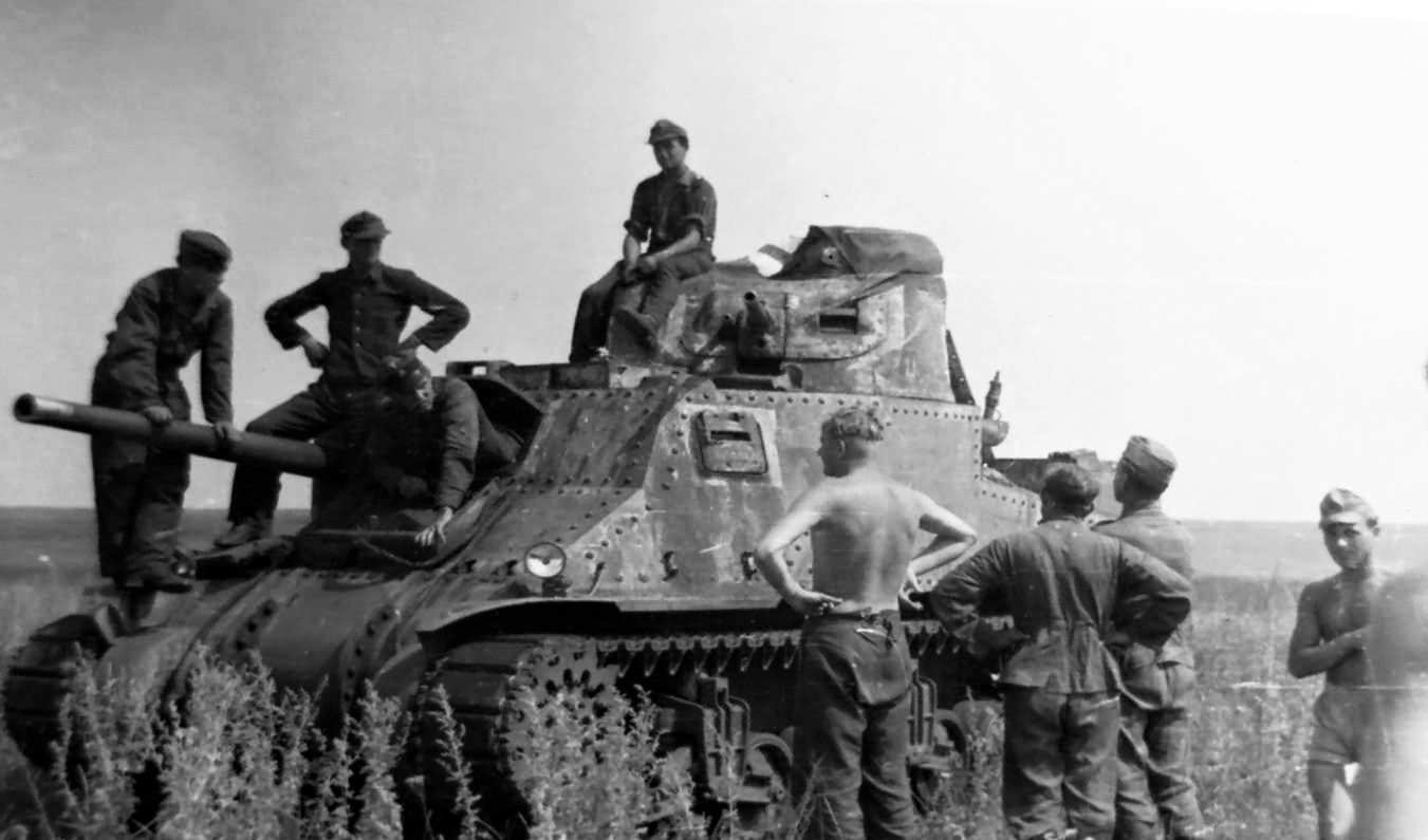 Soviet_Lend-Lease_M3_Lee_Grant_And_German_Soldiers-2.jpg