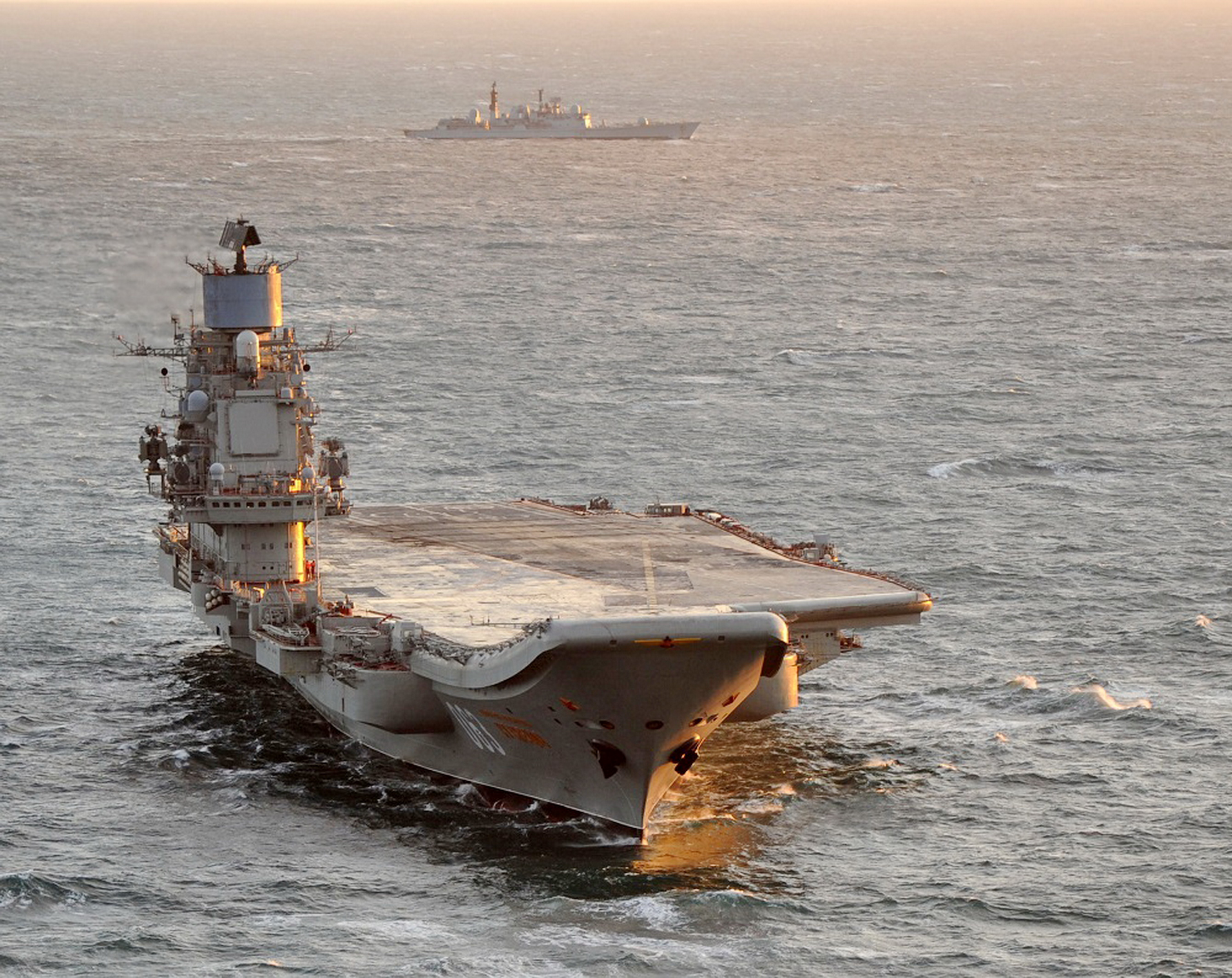 Aircraft Carrier Admiral Kuznetsov: News #2 - Page 2 29-6220929-admiral-kuznetsov-shadowed-by-the-destroyer-hms-york-